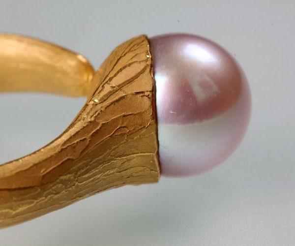Ring in Gold gegossen, Perle