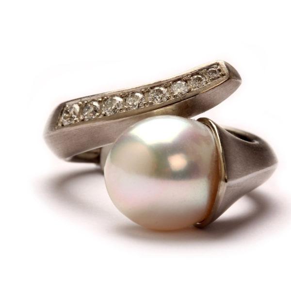 Ring in Wachs modelliert, in Palladium gegossen, mit Diamanten von Meisterhand gefaßt und Perle