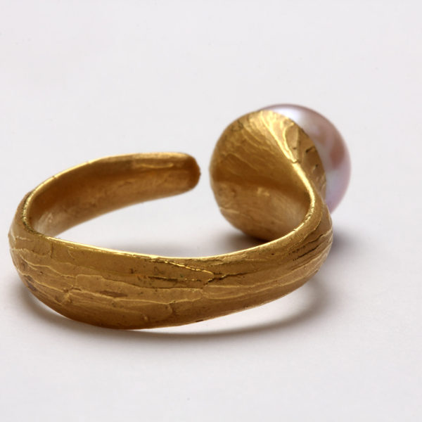 Ring in Gold gegossen, Perle