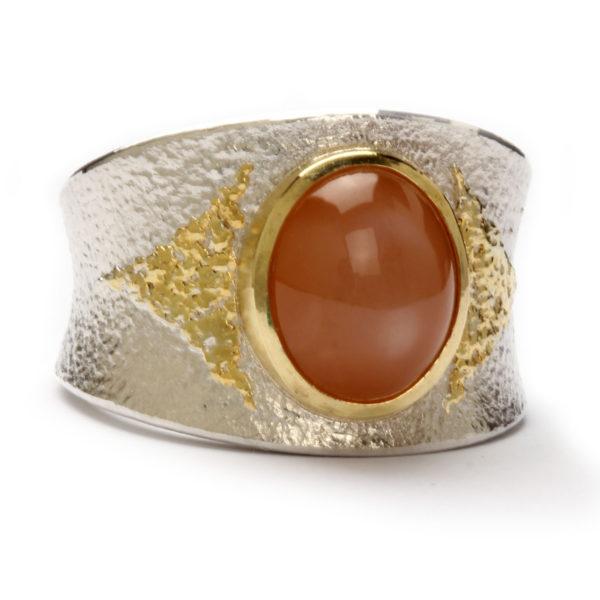 Ring aus Silber, Feingold aufgeschweißt, mit Mondstein