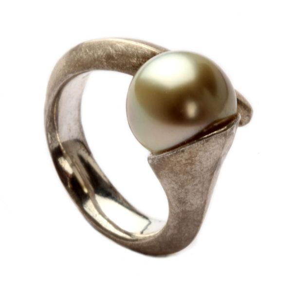 Ring in Silber mit Perle, eismatt