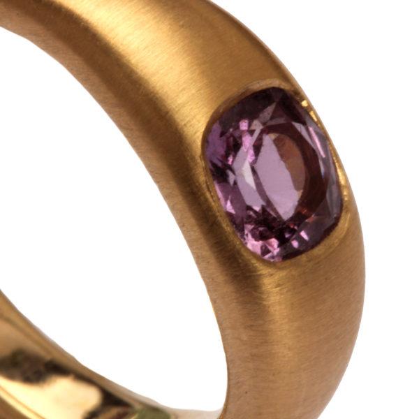 Ring aus Roségold mit Saphir in pink