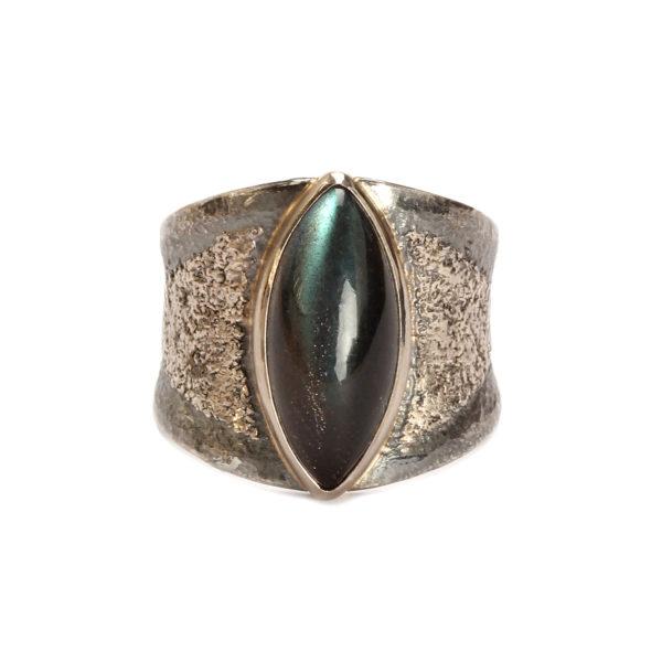 Ring aus geschwärztem Silber mit einem Labrdorit in Weißgold-Fassung und aufgeschweißtem Feinpalladium